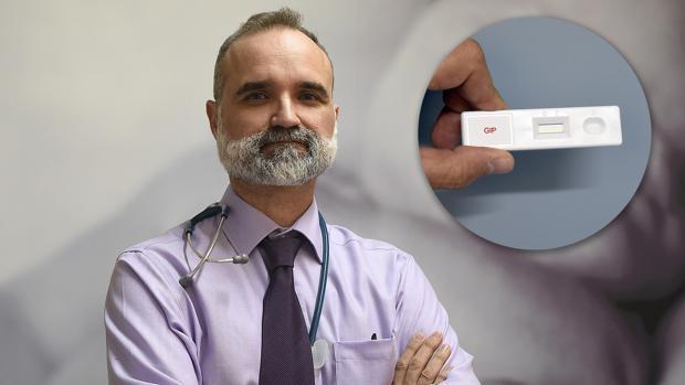 El doctor Alfonso Rodríguez Herrera, junto a un detalle del kit que hace el test de gluten en orina - JESÚS SPÍNOLA